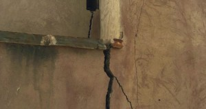 تشقات واضحة بسور حصن الحزم