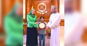 رئيس مجلس الشورى يكرم الطالبة عزة الحارثية