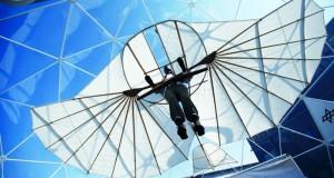 نسخة من طائرة شراعية معروضة ضمن معرض برلين للطيران في برلين امس