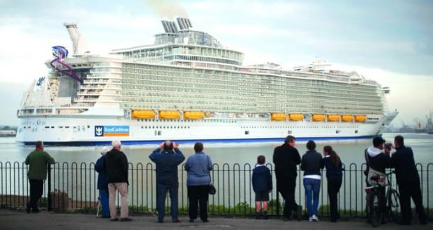 السفينة هارموني اكبر سفينة ركاب في العالم والتي يبلغ طولها 361 مترا في اولى رحلاتها بساوثمبتون امس