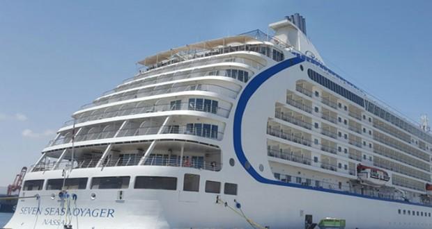 """ميناء صلالة يستقبل السفينة السياحية """"سفن سييز فوياجر"""""""