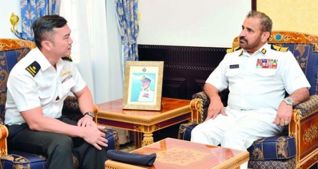 قائد البحرية يستقبل مسؤولاً عسكرياً سنغافورياً