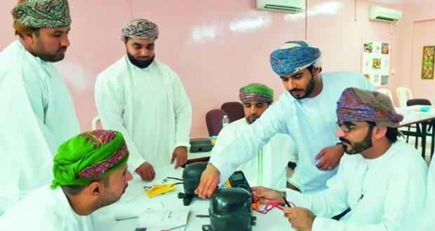 تعليمية مسقط تدرب 120 فني مختبر على صيانة واصلاح أجهزة تبريد المواد الكيميائية