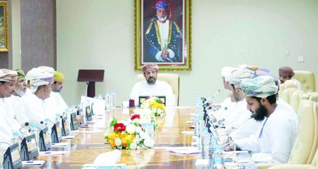 قطارات عمان تستعرض مشروع السكة الحديد ومساراتها أمام المجلس البلدي بظفار