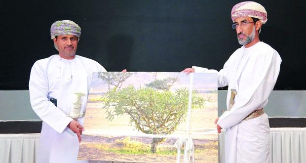 جمعية البيئة العُمانية تستعرض بحثها حول استدامة حصاد محصول اللبان