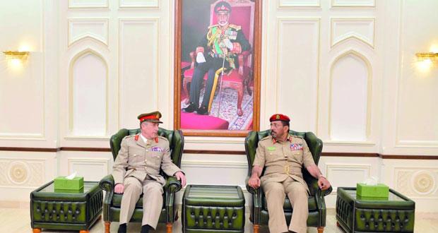 رئيس الأركان العامة للجيش البريطاني يلقي محاضرة بكلية الدفاع الوطني
