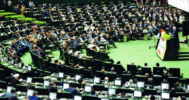 إيران: أعضاء البرلمان الجديد يؤدون اليمين الدستورية