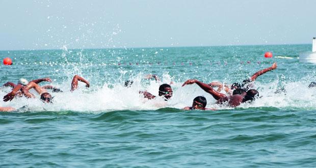 وزير السياحة يرعى انطلاقة بطولة عمان العاشرة للسباحة في المياه المفتوحة