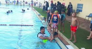 مدربون وطنيون يقيمون دورات تدريبية في السباحة لمختلف الأعمار السنية