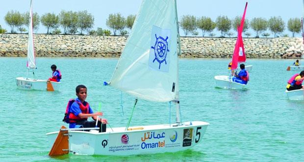 عمان للإبحار ومدرسة أحمد بن ماجد الخاصة ينظمان بطولة للإبحار الشراعي في المصنعة