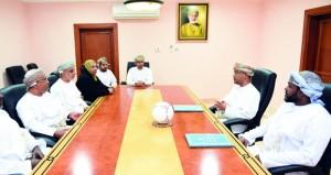 التربية والتعليم وشركة السويني توقعان اتفاقية تنظيم دوري عمان للمدارس لكرة القدم