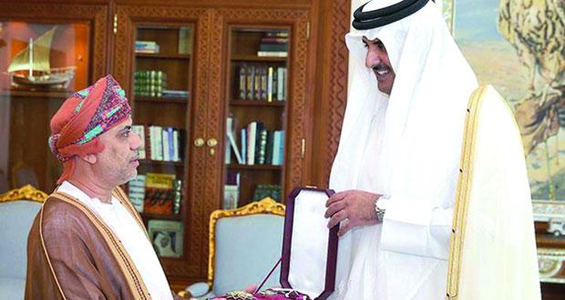 أمير قطر يمنح سفير السلطنة وشاح الاستحقاق