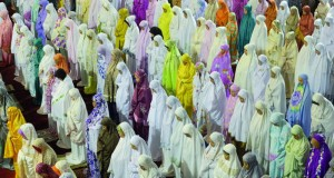 اندونيسيات يؤدين الصلاة في ثالث ليالي رمضان بمسجد الاستقلال في جاكرتا امس