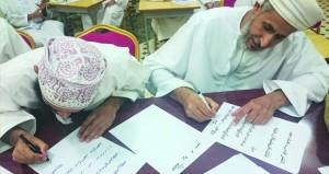50 مشاركا ومشاركة من مختلف الفئات العمرية في الدورة التدريبية للخط العربي بنـزوى