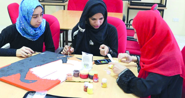 بدء الدورة التدريبية لفنية الرسم بالسكاكين للفتيات بنزوى