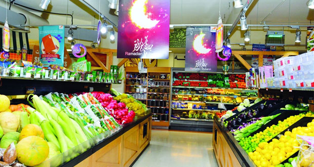 أسواق السلطنة تتهيأ لاستقبال شهر رمضان والعروض تجتذب المستهلكين