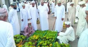المنتجات المحلية تحظى بإقبال كبير بسوق نـزوى