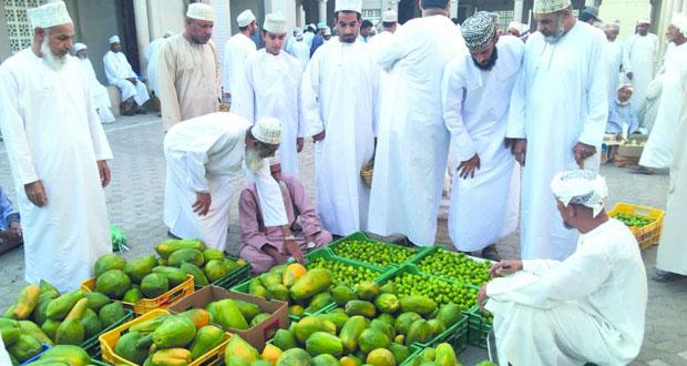 منتجات زراعية متنوعة من الخضار والفاكهة بسوق نـزوى