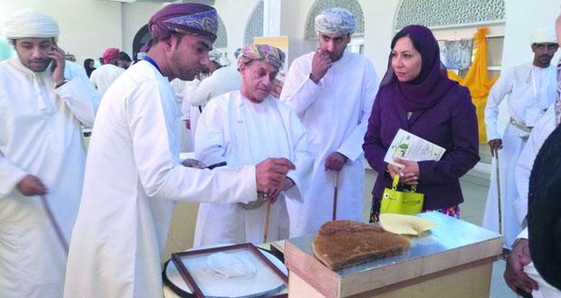 كلية عمان للسياحة تنظم معرضا للنحالين العمانيين