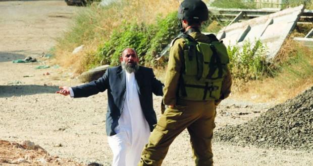 الاحتلال يغلق الضفة والفلسطينيون يتدفقون على (الأقصى)