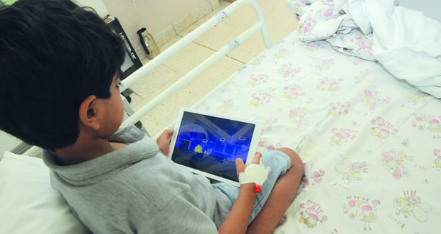 """المستشفى السلطاني يحتفل بتدشين """" الأجهزة اللوحية """" في جناح أمراض الدم والأورام للأطفال"""