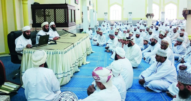 إدارة الأوقاف والشؤون الدينية تنظم ندوة الوقف بجامع نـزوى