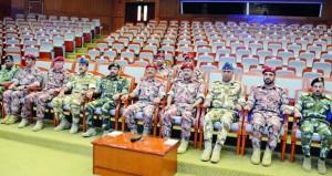 رئيس أركان قوات السلطان المسلحة وعدد من القادة يتابعون فعاليات تمرين «الحزم» للدارسين بكلية القيادة والأركان