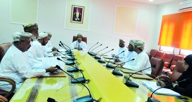 لجنة الشئون البلدية بعبري تناقش تحديد مراكز للتسويق الزراعي بالولاية