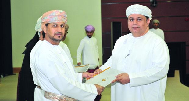 وزير البلديات الإقليمية يكرم «612» من موظفي الوزارة المجيدين