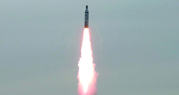 بيونج يانج تتحدى العقوبات وتختبر صاروخين متوسطي المدى