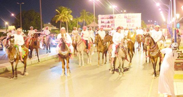 لجنة الفروسية بصحار تنظم مسيرا بمناسبة فوزها بالمركز الأول في مهرجان رياضات الخيل التقليدية