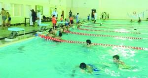 إقامة فعاليات الأيام الرياضية المفتوحة للسباحة بمجمع بنـزوى
