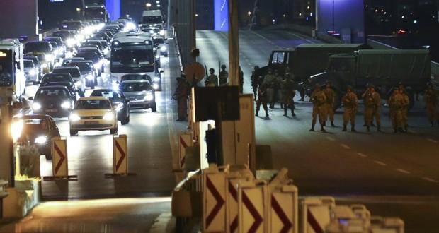 الجيش التركي يعلن استيلائه على السلطة .. وأردوغان يدعو للتظاهر