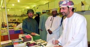 """جناح """"بيت الغشام"""" بمعرض الكتاب بصلالة توقيع عدد من الإصدارات الأدبية"""