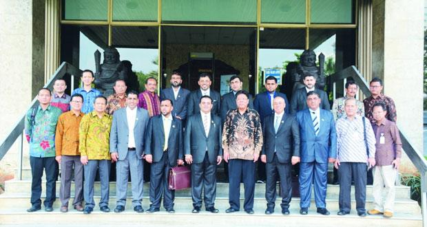 الوفد التجاري من غرفة شمال الباطنة يتعرف على السياسات الاقتصادية الإندونيسية