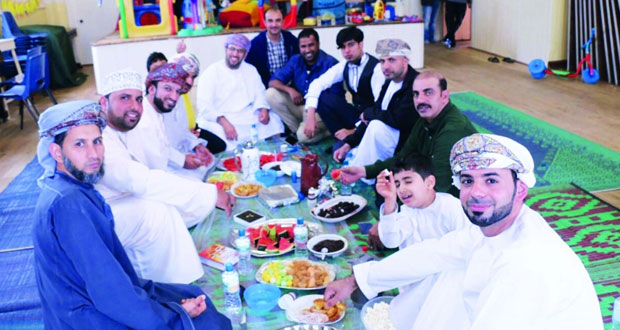 الطلبة العمانيون بمدينة سوانزي البريطانية يحتفلون بعيد الفطر المبارك