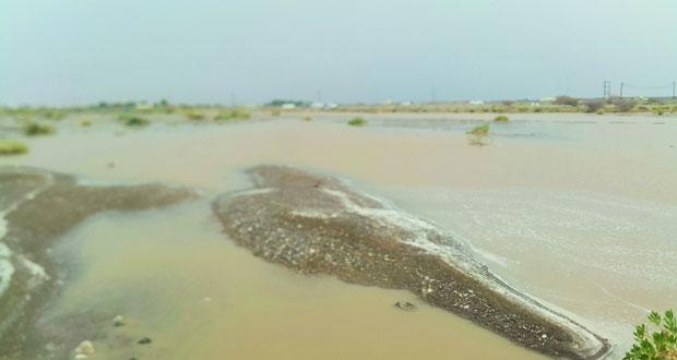 هطول أمطار تراوحت بين الغزيرة والمتوسطة على عدد من قرى ولاية عبري