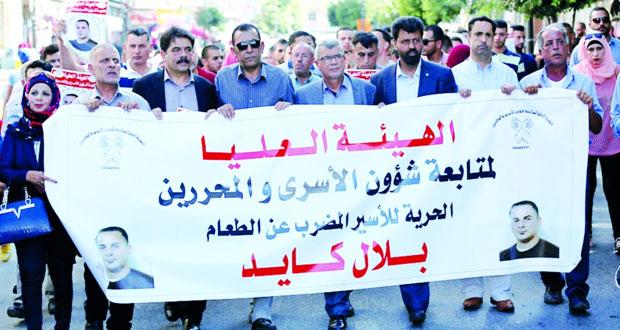 أسرى مضربون عن الطعام بـ(عوفر) يتعرضون للتنكيل والتفتيش العاري في سجون الاحتلال