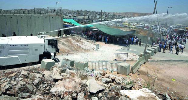 الاحتلال يغتال فلسطينيا بالغاز وشهيدة بالرصاص ويمنع الآلاف من «الأقصى»