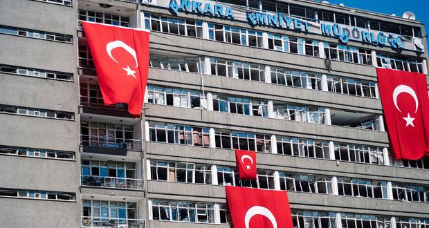 تركيا توقف أكثر من 7500 وتعزل 48 عضوا في (الإدارية العليا) وتلغي إجازات الموظفين