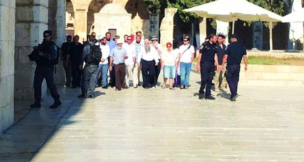 إرهاب الاحتلال ومستوطنوه يتمدد .. مداهمات واعتقالات بالضفة واقتحامات لـ«الأقصى» وتوغل بغزة