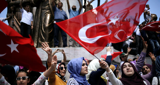 تركيا: أردوغان يلوح بعودة الإعدام ويدافع عن حملة التطهير ويتعهد ببناء ثكنات باسطنبول
