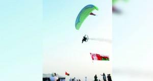 فريق الطيران الشراعي العماني يستعرض مهارات الطيران الشراعي بولاية المصنعة