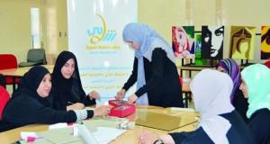 نادي نـزوى يحتفل باختتام برنامج تغليف الهدايا وتنسيق الزهور وصناعة العطور للفتيات