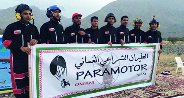 فريق الطيران الشراعي العماني يزين سماء المصنعة بمشاركة 20 طيارا