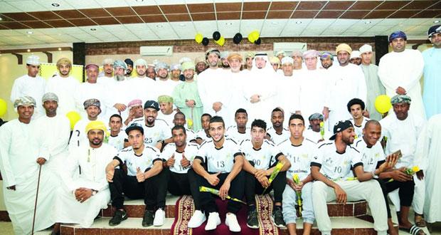 في احتفالية كبيرة بحضور ممثلي الفرق الأهلية نادى السويق يقدم لاعبي فريقه الكروي لكرة القدم