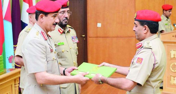 وزير المكتب السلطاني يرعى الاحتفال بتخريج دورة الدفاع الوطني الثالثة