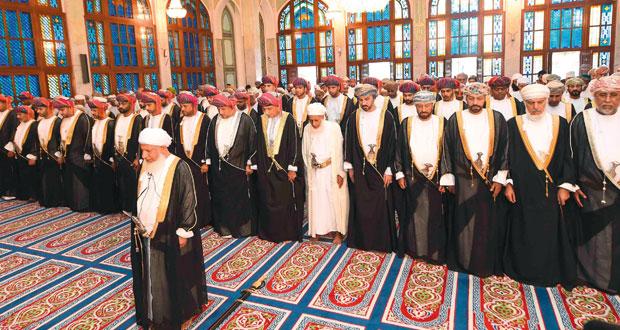 السلطنة تحتفل بأول أيام عيد الفطر يؤدي الصلاة بمسجد الخور