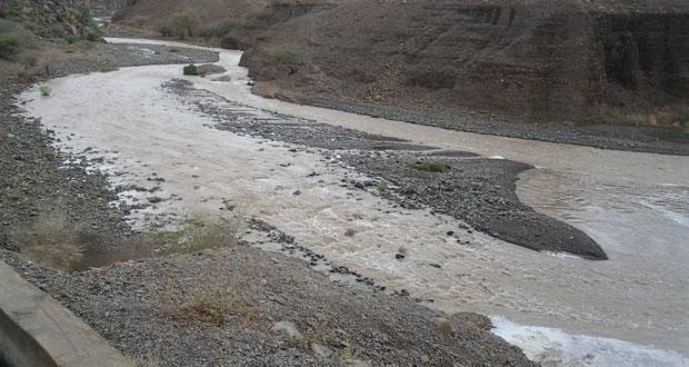 أمطار متفاوتة الغزارة وجريان للأودية بينقل