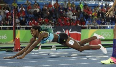 عداءة البهاما تلقي بنفسها على خط النهاية لتفوز بالميدالية الذهبية